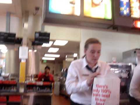 Atendende do McDonald's pedindo H