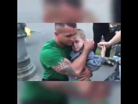 Полиция сбивает женщину с ребенком