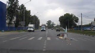 Мотоциклист сбил девушку на переходе