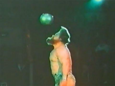 Валентин Дикуль - силовые цирковые трюки с гиярми, металлическими шарами, автомобилем