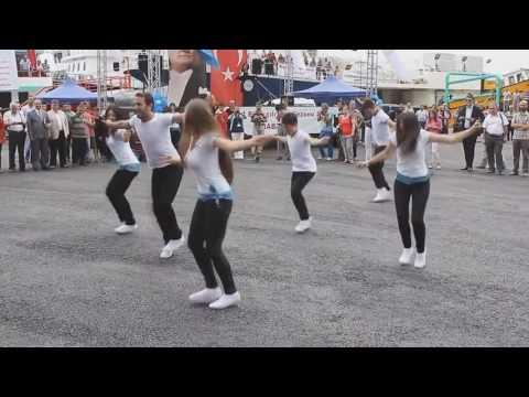 Okul Kızları 'Heijan Abin Dızo Bremin' Dansı Yapıyor