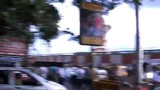 カルカッタ通りを歩いた様子。変なデモみたいなのはなんでしょう。