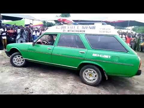 il y a un cercueil dans cette voiture Vu au Bénin lors des obsèques de l'artiste Dahoué Doto