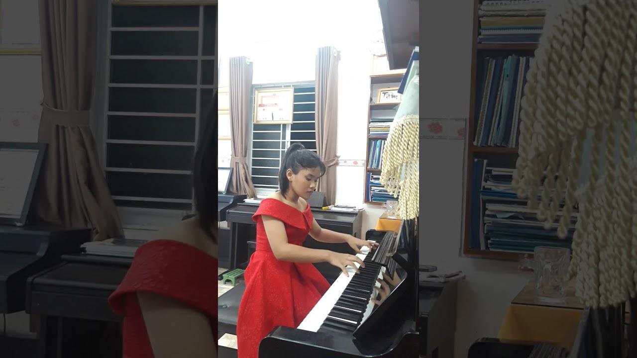 Bé Nguyễn Đỗ Anh Thư sinh năm 2009. ..Sonata No . 8 K.310( 1st mvt) Mozart