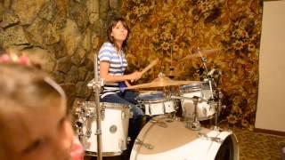 Поиграла немного в студии на барабане