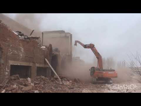 Снос зданий тракторами уникальная работа экскаваторщики уровень бог гидроножницы и крашером