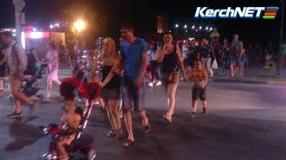 Керчане полчаса переходили дорогу после концерта Стаса Костюшкина