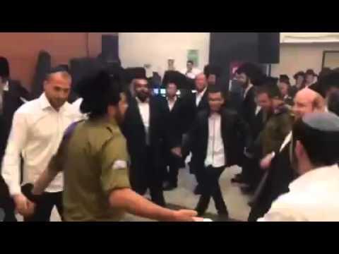 בחתונה חסידית: חיילים חרדים רוקדים עם מדים