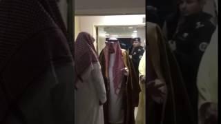 بالفيديو.. خادم الحرمين الشريفين يطمئن على أحد مرافقيه في الجولة الآسيوية بعد تعرضه لإصابة