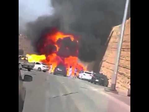 لحظة انفجار سيارة بالمملكة بالقرب من متجمهرين