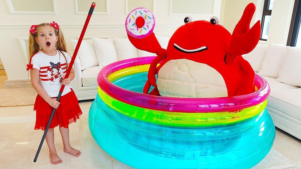 تتظاهر ديانا باللعب مع حوض سمك رائع - قصة شخصيات غريبه