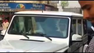 بالفيديو.. سيارة الشيخ محمد بن همام تغرق في زحام شوارع دبي