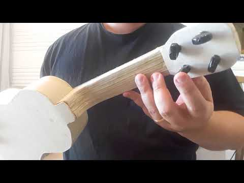 Ukulele de Papel (homemade paper ukulele)