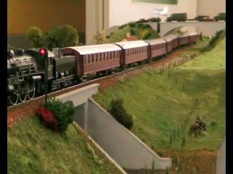 Heljan E lok med ekspress tog