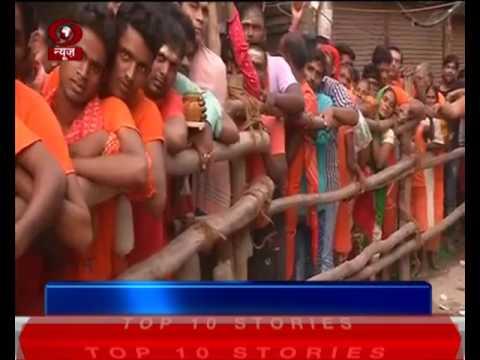 वाराणसी के विश्वनाथ में मंदिर में श्रद्धालुओं ने किया जलाभिषेक