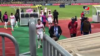 جماهير الزمالك تهاجم لاعبيها لحظة خروجهم بين شوطي المباراة