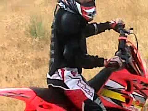 Daniel Mira con su moto de cross
