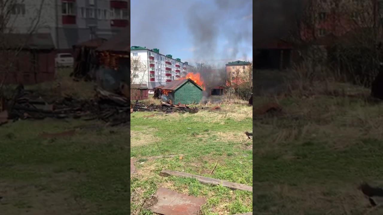 В центре Поронайска загорелся гараж