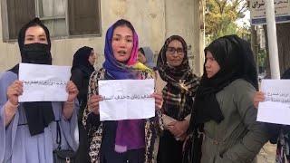 Kabul, donne in piazza per tornare a studiare.  E i talebani aggrediscono un giornalista svizzero