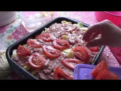 Картошка с фаршем и помидорками под майонезом.