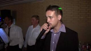 Друг исполняет на свадьбе песню Владимирский Централ