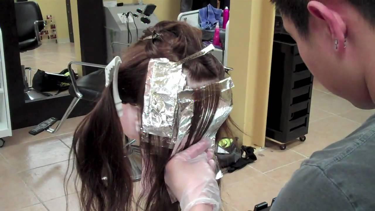 Slicing Highlights Technique With Cosmetology Mannequin
