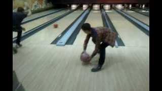 вот как надо играть в боулинг!!)))