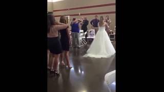 Невеста бросила букет подруге