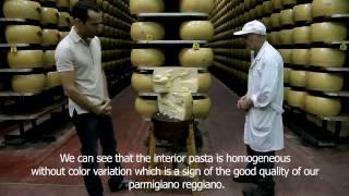 видео: Как резать головку сыра Пармезан ферма Hombre, Италия