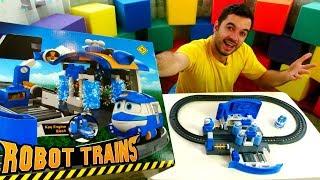 Robot Trenler Oyuncak istasyonu açılımı. Kay tren istasyonunda yıkanıyor