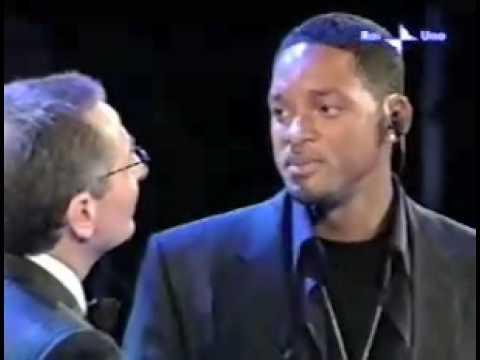 Paolo Bonolis e Will Smith commentano Prisencolinensinainciusol di Adriano Celentano a Sanremo 2005