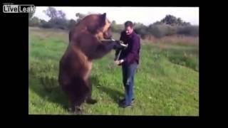 Russo mostra a perícia do seu animal de estimação... Um urso!