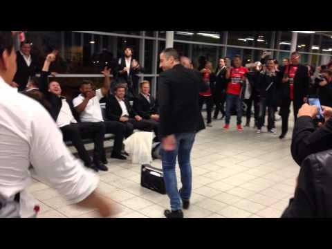 Mourad Boudjellal danse à l'aéroport après la victoire en finale de Champions Cup