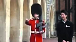 ¡Lo que pasa al molestar a la Guardia Real Británica!
