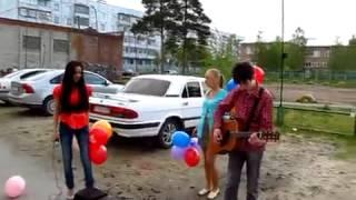 девушка поздравляет своего парня с днём рождения