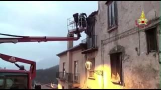 Mercogliano - Vigili del Fuoco mettono in sicurezza un tetto