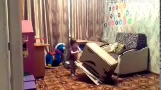 Лена не даёт Лизе наводить порядок в комнате!юмористическое видео