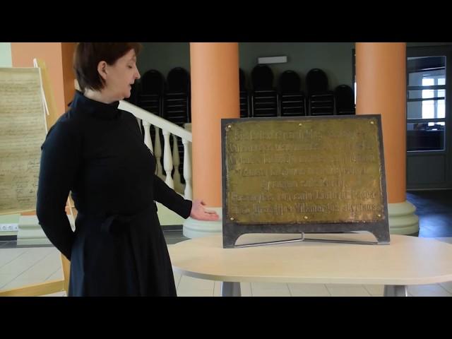 EKSPONATAI - SIMBOLIAI: paminklo Lituania Restituta lenta ir kapsulėje rastas raštas