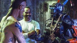 Ниндзя учит Чаппи боевым искусствам / Робот по имени Чаппи (2015)