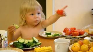 Смешные дети: Влада ест вкусненькие огурцы и ужасные помидоры