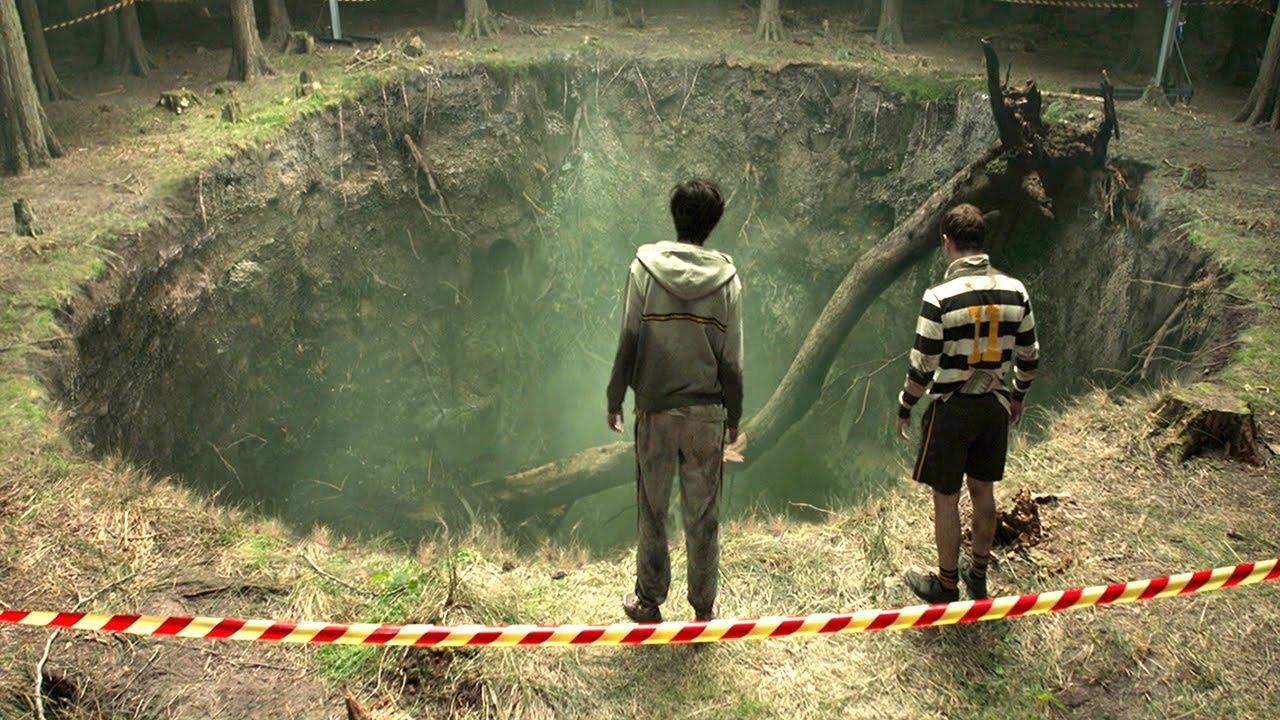 森林中有一个巨型深坑,少年驻足停留,却不知这里是怪物老巢!