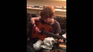Noah lærer at spille guitar