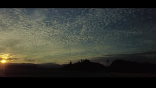 자동차 밖 하늘풍경과 타임랩스
