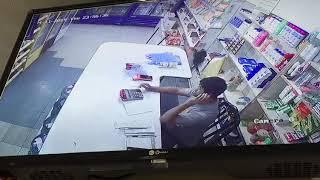 القبض على مواطنين نفذا جريمة سطو مسلح على بقالة بالرياض .. ومفاجأة بشأن شريكهما الثالث – فيديو