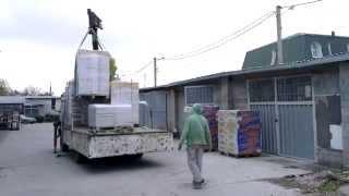Работа крана манипулятора. Симферополь.(Доставка строительных материалов краном-манипулятором. Работаем в Симферополе и Севастополе. http://www.tstroy.com...., 2013-10-27T05:24:43.000Z)
