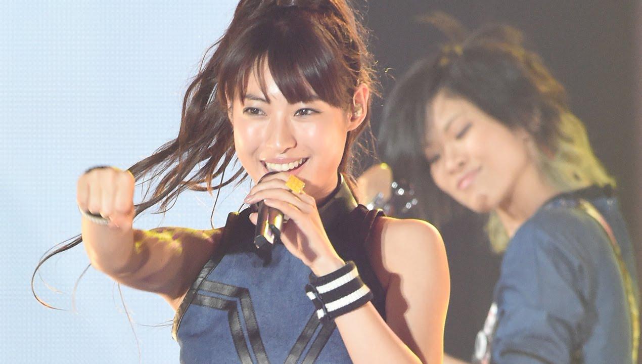 瀧本美織、ミニスカ&ヘソ出しで熱唱!ボーカル務めるガールズバンドで ...