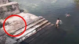 Dva dječaka su se igrala u jezeru, ali kada vidite što je skočilo u vodu za njima, zanijemit ćete ! thumbnail