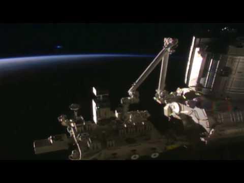 Un OVNI apparait face à l'ISS en direct, mon dieu est-ce possible ?