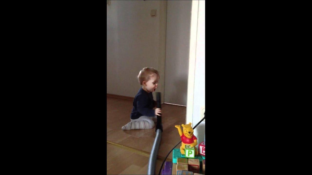 Baby mit Staubsauger  YouTube ~ Staubsauger Baby