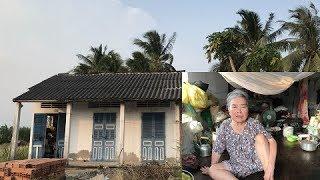 Bà lão tật nguyền sống lay lất một mình trong căn nhà đổ nát hoang tàn